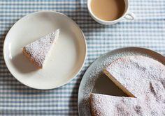 200 grammi di farina 00, 50 grammi di farina di fecola, 250 grammi di zucchero di fecola, 1 bustina di vanillina, 3 cucchiai di olio di semi, 3 cucchiai di latte, 1 limone spremute, ¾ di bustina di lievito per dolci, 1 pizzico di sale.