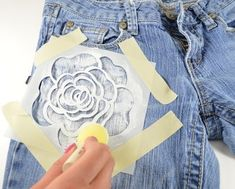 Floral Jeans : How to paint a pair of painted jeans. Floral Jeans - Step 5 Flower print jeans made with stencils and fabric paint - perfect for spring & summer! Painted Jeans, Painted Clothes, Painted Shorts, Artisanats Denim, Denim Shirts, Jean Diy, Sewing Crafts, Sewing Projects, Diy Kleidung