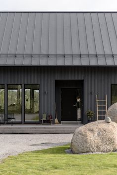 Black House Exterior, Cottage Exterior, Modern Barn House, Modern Cottage, Modern Houses, Metal Building Homes, Building A House, Building Materials, Shed Homes