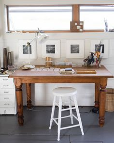 Mary MacGill's Minimal, Bright Jewelry Making Studio Elegant minimalism, bright white, natural textures and rich materials make this a calming and creative space. Workplace Design, Home Office Design, Woodworking Bench, Woodworking Projects, Intarsia Woodworking, Workspace Desk, Art Studio Organization, Organization Ideas, Wabi Sabi