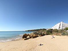 Situada entre a Praia da Oura e a Praia da Santa Eulália, próximo de um aglomerado urbano composto por hotéis, restaurantes e lojas.