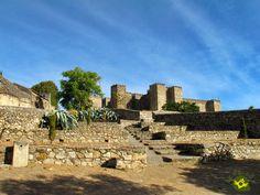 El Castillo de Trujillo se encuentra en la parte más alta de la localidad, construido sobre un cerro rocoso llamado Cabezo de Zorro desde donde se puede controlar toda la ciudad y la  extensa llanura de la tierra trujillana.