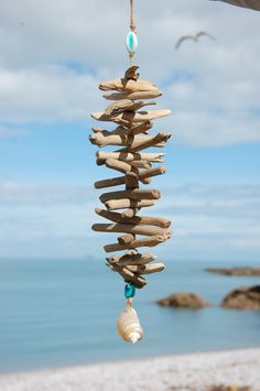 Mobile bois flotté Wunderschönes Driftwood Mobile a… – Home Trends 2020 Driftwood Mobile, Driftwood Art, Driftwood Beach, Seashell Crafts, Beach Crafts, Diy Crafts, Driftwood Projects, Diy Projects, Driftwood Ideas