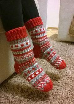 Jouluaiheisen Pinterest-kierroksen jälkeen teki mieli neuloa joulusukat kirjoneuleella. Aiemmin olen tehnyt jonakin vuonna x sellaiset joi... Diy Crafts Knitting, Diy Crochet And Knitting, Knitting Stiches, Knitted Slippers, Wool Socks, Crochet Slippers, Knitting Socks, Baby Knitting, Knitting Patterns