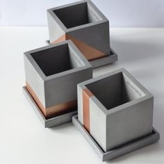 Atelier IDeco - Set of 3 copper concrete planters with drainage holes and saucers - La meilleure image selon vos envies sur diy clothes Vous cherchez une image qui va vous permettre d - Concrete Planter Boxes, Cement Planters, Concrete Pots, Concrete Crafts, White Concrete, Concrete Projects, Diy Planters, Planter Pots, Epoxy Concrete
