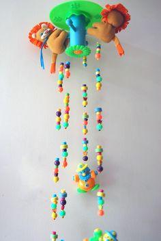 Móvil con accesorios de plastico