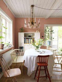 Vi på ELLE Decoration älskar inredningsinspiration och hem med det där lilla extra. Här är 7 vackra hem med tapet i fokus som vi inte kan få nog av just nu.