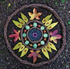 Beautiful land art mandala made from natural materials - great way to explore concepts of symmetry Mandala Nature, Flower Mandala, Mandala Art, Art Et Nature, Nature Crafts, Land Art, Vandana Shiva, In Natura, Forest Art