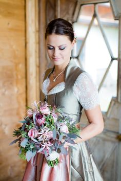 Bride in bridal dirndl with bridal bouquet Source by trachtenb Summer Wedding Outfits, Winter Dress Outfits, Bridal Outfits, Wedding Dresses, Oktoberfest Outfit, Medieval Dress, Rustic Elegance, Traditional Dresses, Bridal Style