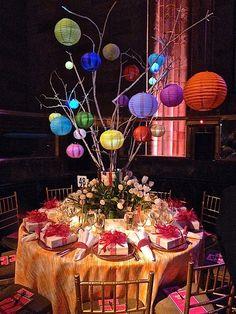 Una #decoración de #mesa de #banquete para una #boda urbana, joven y multicolor!! nos encanta en @innovias q mantiene la visibilidad entre comensales al elevarse por encima de sus cabezas!