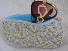 Estojo para óculos feito em tecido 100% algodão. Fechamento com zíper. <br> <br>Mede aproximadamente 19cm de largura por 10cm de altura;