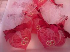 Este sabonete, no formato de coração, é acompanhado de duas mini alianças, simbolizando o elo entre casais. Compõe uma linda lembrancinha para festas de noivado, casamento,e bodas. A cor e a essência do sabonete devem combinar com as preferências do casal, pois o amor,a paixão,a amizade também sã...