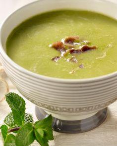 Deze lekkere groene soep van erwten is makkelijk klaar te maken. Afgewerkt met krokante stukjes rauwe ham is dit heerlijk verwarmend voor koude dagen.
