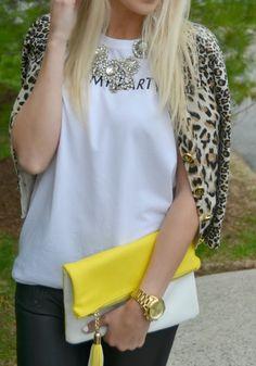 cardigan de oncinha + regata + maxicolar + calça de couro/legging texturizada + bolsa carteira amarela