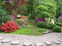 Zahrada v japonském stylu. Azalky, červenolistý japonský javor, tvarované stromy, cesta z oblázků...