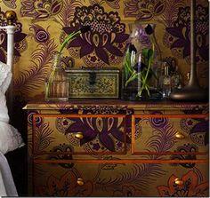 Se trata de decorar con el mismo papel estampado o papel tapiz la pared y los muebles que en ella se encuentran...