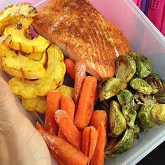 """""""Happy Monday SizzleFish fans! Who else likes to #mealprep with @sizzlefishfit?! @fitchick428 does! She made:. @sizzlefishfit coho salmon seasoned with @caribeque. @melissasproduce delicata squash and Brussels roasted in #coconutoil. baby carrots. packed into her @6packbags.  @mealpreponfleek this week  .  What are you enjoying for lunch today? .  Head to our website to order your perfectly portioned fish and shellfish today: www.sizzlefish.com  __________________________________"""