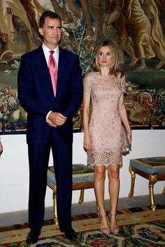 Pin for Later: 44 Times Queen Letizia of Spain Made The Fashion World Bow Down When She Wore a Blush Lace Gown Letizia was royal perfection for a dinner in Older Bride Dresses, Spain Fashion, Royal Clothing, Royal Dresses, Pink Princess, Princess Mary, Queen Letizia, Mode Outfits, Royal Fashion