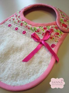 Baby diy ideas projects bib tutorial ideas for 2019 Baby Clothes Patterns, Sewing Patterns Free, Sewing Projects For Kids, Sewing For Kids, Bib Pattern, Baby Crafts, Burp Cloths, Baby Items, Baby Quilts