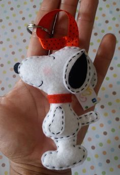 Snoopy felt sewn key chain, but I would use it on a Christmas tree with a Charlie Brown theme Felt Crafts Patterns, Felt Crafts Diy, Holiday Crafts, Sewing Crafts, Sewing Projects, Snoopy Christmas, Charlie Brown Christmas, Felt Dogs, Felt Christmas Ornaments