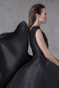 Cupola long dress with open-back in scuplted black gazar
