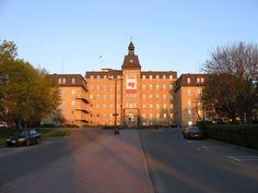 Université du Québec à Rimouski - Entrée principale Canadian Universities, Top Universities, Colleges, Alaska, Study Abroad, Quebec, Places To See, Louvre, University