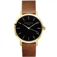 """Die Armbanduhr """"The Gramercy"""" von ROSEFIELD ist aus braunem Leder und vergoldetem Messing gefertigt - die Besonderheit ist das schwarze Ziffernblatt."""