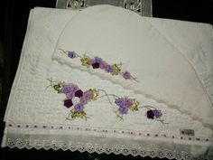 LOY HANDCRAFTS, TOWELS EMBROYDERED WITH SATIN RIBBON ROSES: CONJUNTO TOUCA E TOALHA DE BANHO