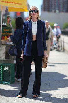 Look minimalista e moderninho que nós amamos! Aliás, uma ótima ideia de como transformar suas produções de escritório em looks para o fds: troque a camisa por um cropped e o scarpin por uma birkin. Anotado?