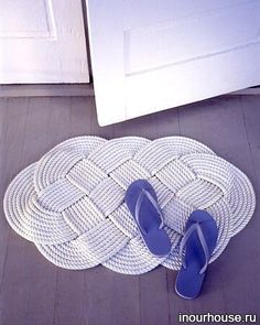 Tapis - paillasson - Tuto - corde et tresse- Braided Doormat Diy Tresses, Diy Projects To Try, Craft Projects, Craft Ideas, Decorating Ideas, Rug Ideas, Decor Ideas, Nautical Rugs, Nautical Theme