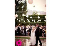 Decorar la boda con lámparas chinas para el momento del vals de los novios