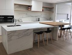 Neolith Estatuario has the beauty of marble, without the worry. This classically beautiful kitchen by is a perfect example. Modern Kitchen Renovation, Modern Kitchen Design, Kitchen Designs, Kitchen Ideas, Kitchen Benchtops, Kitchen Flooring, Open Plan Kitchen, Kitchen Layout, Kitchen Island Table