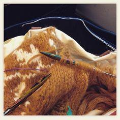 Prøver å få tiden til å gå mens jeg sitter på toget på vei til første forelesning . #strikk#strikking#kofteboken#teleranke#strikkedilla#strikkesida#raumagarn#knit#knitting#instaknit by garnsnella