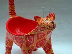 un-bol-en-forme-de-chat-décoré-de-papier-a-motifs-geometriques-un-recipient-artistique-recette-papier-maché-et-tuto-resized