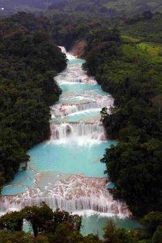 Cascadas de agua azul, Balneario Chiapas    Impresionante cascada con aguas azul turquesa en el estado de Chiapas a 60 kilómetros de Palenque. Uno de los paisajes más bellos de México.