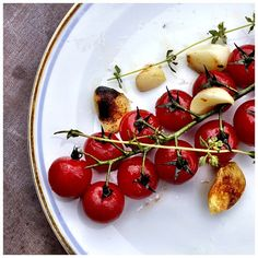 Grilled tomatoes with garlic and thyme