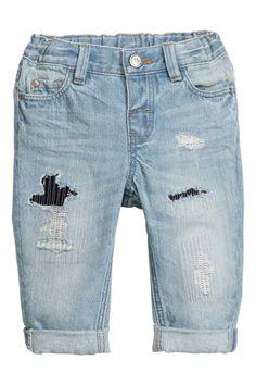 Jean usé: Jean 5 poches en denim lavé avec détails fortement usés et rapiécés. Élastique réglable à la taille et braguette avec bouton-pression - 14,99€