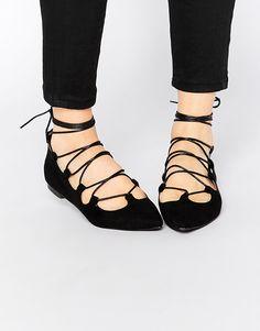 Imagen 1 de Zapatos planos con cordones de ante negro Ghillie de Glamorous