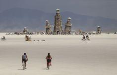 Bezoekers fietsen naar de Black Rock Lighthouse Service, een houten kunstwerk wat ook als uitkijkpunt fungeert. Chase Stevens / Las Vegas Review-Journal via AP