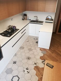 30 Layouts Perfect for Your Small Kitchen area . Small Kitchen Cabinets, New Kitchen, Floor Design, Tile Design, Interior Design Kitchen, Interior Decorating, Kitchen Flooring, Tile Flooring, Home Remodeling