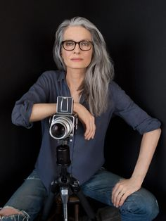 gray hair highlights aging gracefully older women Grey Hair Over 50, Long Gray Hair, Grey Wig, Long Silver Hair, Grey Hair Inspiration, Fusion Hair, Salt And Pepper Hair, Hairstyles Over 50, Scene Hairstyles