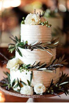 Un gâteau avec des feuilles d'olivier