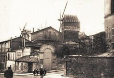 rue Girardon - Paris 18ème - Le Moulin de la Galette à l'angle de la rue Girardon (à droite) et la rue Lepic (ancienne carte postale - vers 1900).