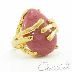 Anel Pietra Rosa folheado a ouro com pedra natural rosa. Temos outras cores. Confira www.cassie.com.br   Confira as outras ofertas até  30% de desconto.  #Cassie #semijoias #acessórios #moda #fashion #estilo #inspiração #tendências #trends #brincos #garantia #brincoslindos #love #pulseirismo #lookdodia #zircônias #brilho #amo #folheado #dourado #brincoleque #brincoleve #colar #pulseiras #maxibrinco #anel  #desconto #bolsas