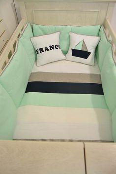 Set de acolchado para cuna funcional con almohadas personalizadas y aplique bordado