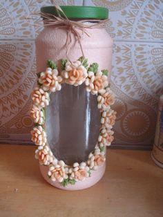 Fiz esse vidro pintado, com visor e com colagem de flores de biscuit. Terezinha: Glass Bottle Crafts, Diy Bottle, Bottle Art, Polymer Clay Crafts, Diy Clay, Bottles And Jars, Glass Jars, Garrafa Diy, Serviettes Roses