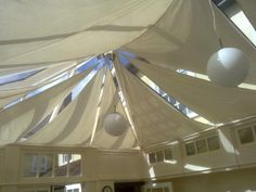 Discover three simple ways to insulate a conservatory roof & make the space usable all year round with help from EYG - UK home improvement experts. Conservatory Insulation, Conservatory Roof Blinds, Conservatory Interiors, Conservatory Dining Room, Conservatory Playroom Ideas, Skylight Blinds, Summer House Interiors, Polycarbonate Roof Panels, Roof Ceiling