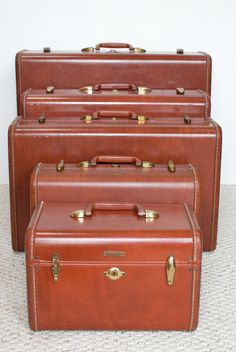 * Samsonite Streamlite in 'Colorado Brown' color : Train Case, Vanity O'Nite, Ladies' O'Nite Regular, Men's Companion Case and Men's Three Suiter. Beautiful set.