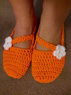 Easy Beginner Crochet Slippers - Itchin' for some Stitchin' Easy Crochet Slippers, Crochet Slipper Pattern, Cute Slippers, Crochet Socks, Crochet Flower Patterns, Knitting Socks, Crochet Flowers, Free Crochet, Knitting Patterns