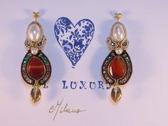 Orecchini in soutaches con corniola taglio goccia, perle, pirite oro, cristalli ametista, smeraldo e fumo, componenti oro e argento italiano 925.